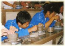 わんぱくな男の子も、ご覧の通り陶芸に夢中・・・